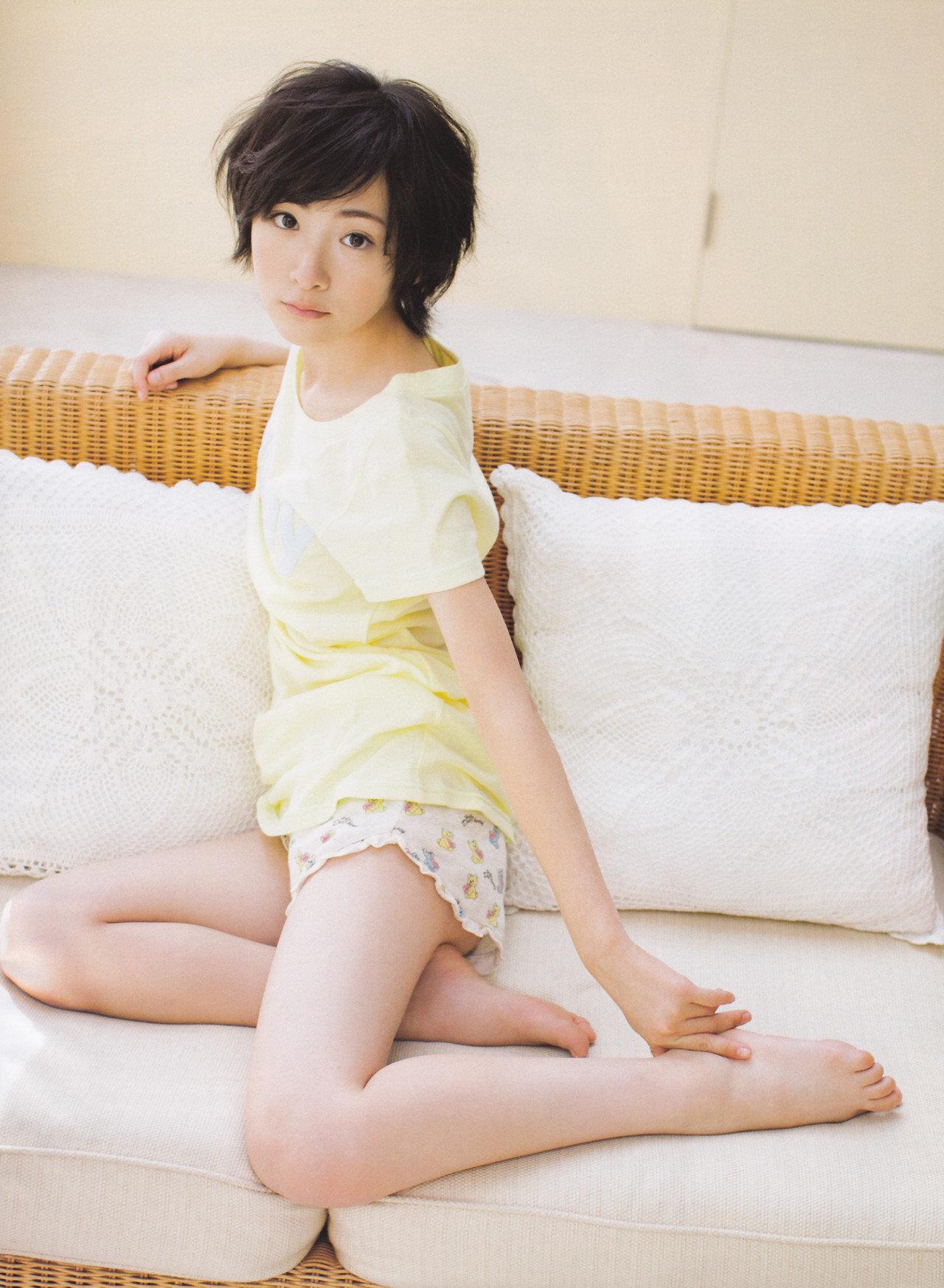 ソファーの上で可愛いポーズを取る生駒里奈の画像♪